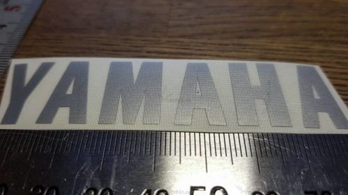 Маленькая серебристая надпись Yamaha