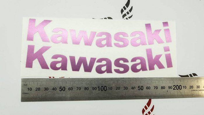 Изогнутая надпись Kawasaki розовый хром